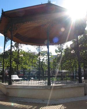 buttes chaumont kiosque.jpg